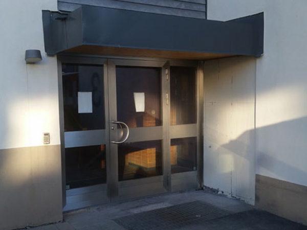 Aluminium och stålpartier på dörr