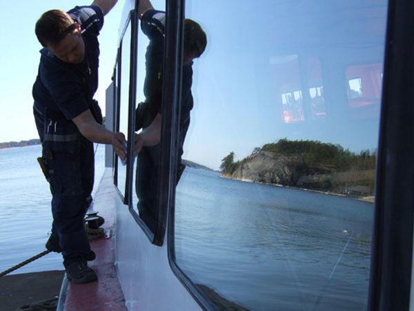 Glasmontör byter glas på ett fartyg