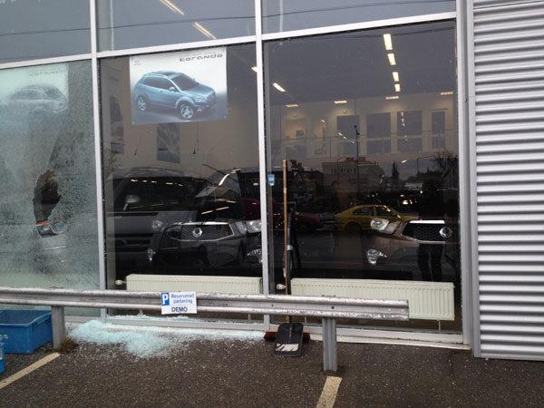 Krossad fönsterruta av härdat glas
