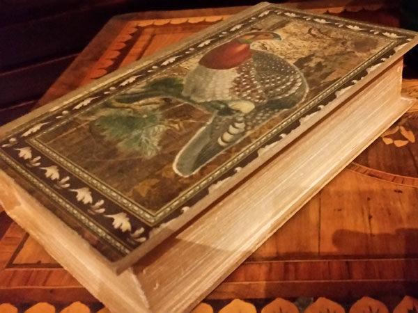 En bok med en fasan på omslaget