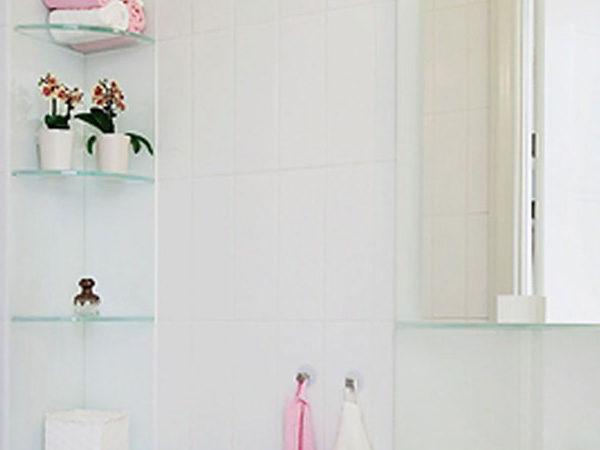 Glashyllor i badrummet