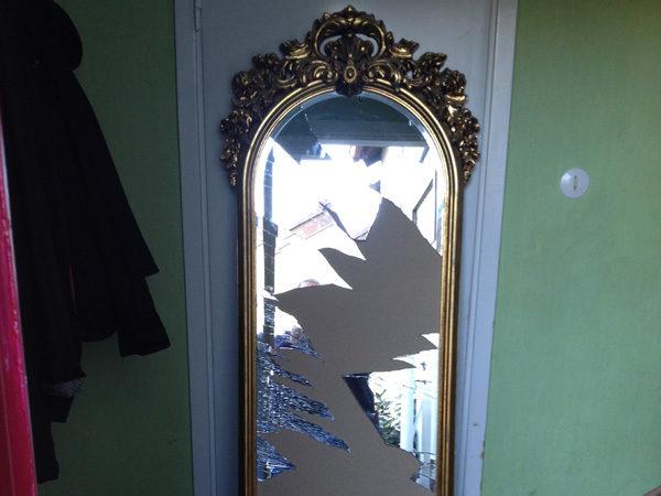 Hög spegel med gyllene inramning