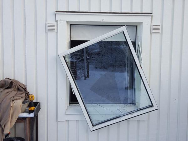 Trä och brytskador när någon försökt krossa ett fönster