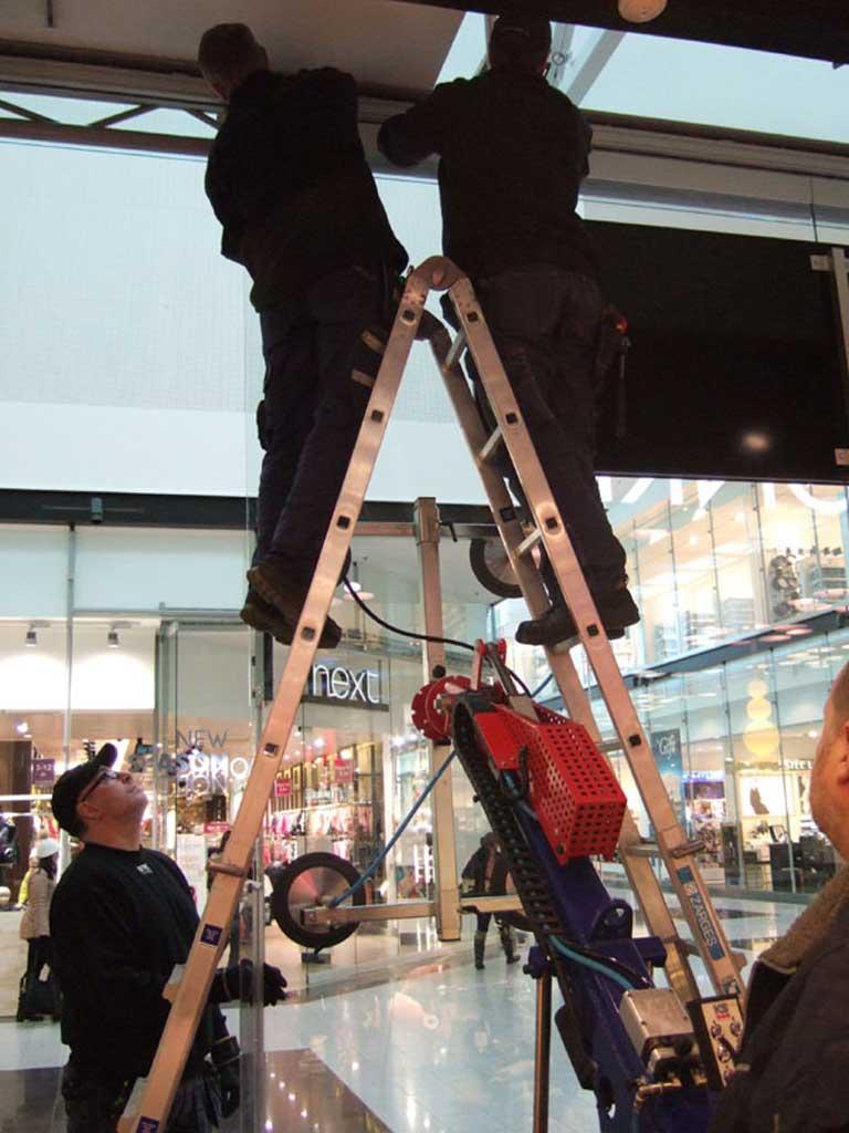 Samarbete för montering av takglas