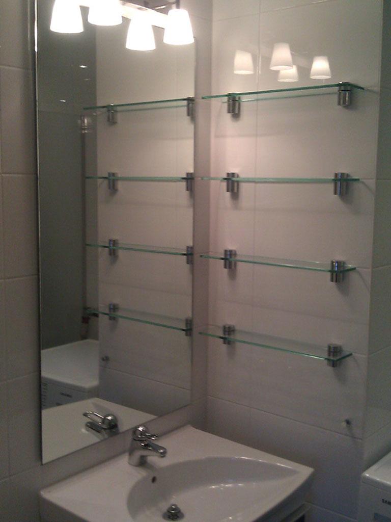 Glashyllor i ett badrum