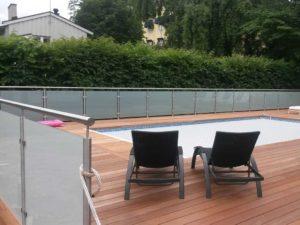 Glasräcke från Djursholm framför en pool