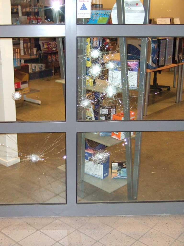 Butiksfönster med sprickor som fortfarande håller