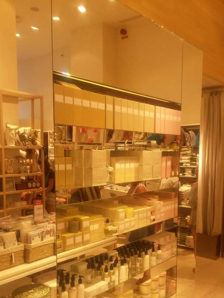 Butikshylla med spegelinramning