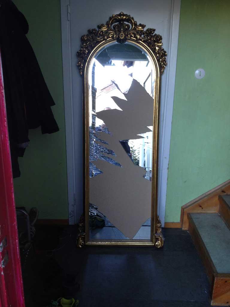 Hög spegel med guldram
