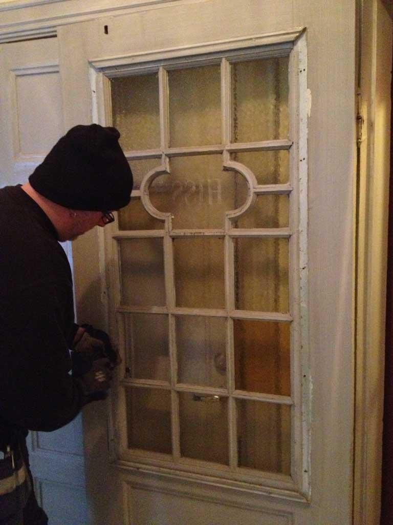 Man inspekterar en dörr