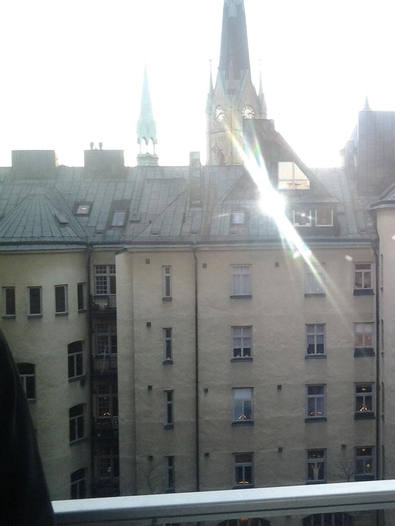 Antikglas på gammal byggnad i solsken