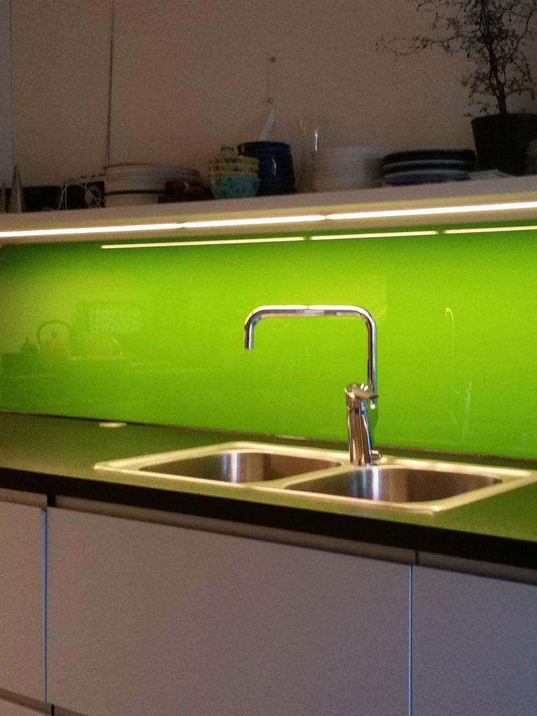 Lackerad glasvägg i kök
