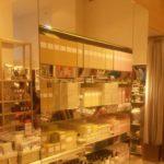 Spegelinklädd hylla i butik